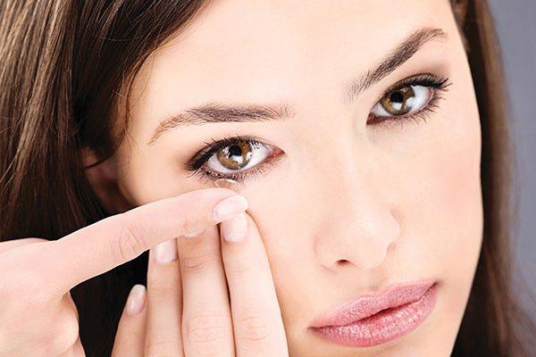 6 coisas que não deve fazer com as lentes de contato